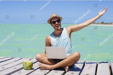 Digitaler Nomade auf einem Bootssteg mit Laptop und Kokosnuss, türkisfarbenes Meer im Hintergrund