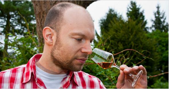 Mann riecht an einem Whiskyglas